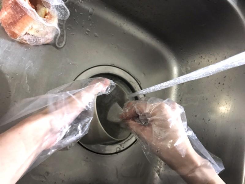 排水トラップを洗う